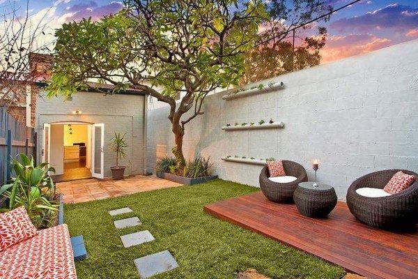 Uniwue-small-garden-ideas-lawn-wooden-deck-modern-outdoor-furniture-privacy-wall